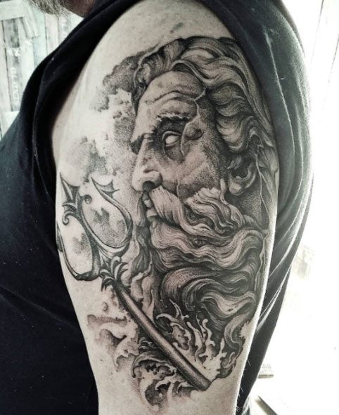 tatuaje poseidon tridente