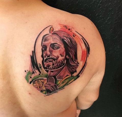 tatuaje san judas en la espalda