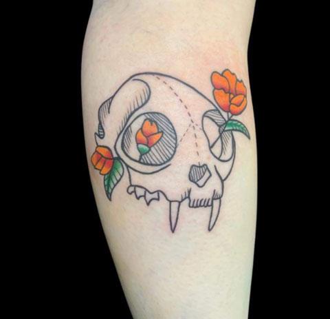 tatuaje tradicional en pantorrilla