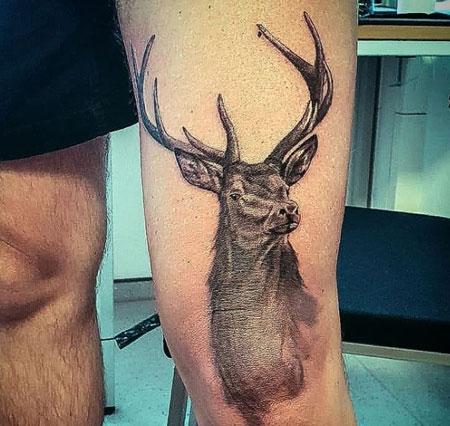 tatuaje venado en pierna