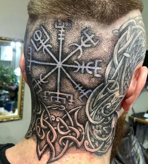 tatuaje vikingo en la cabeza