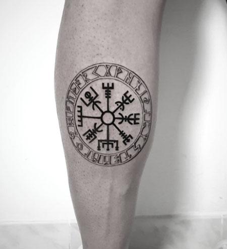 tatuaje vikingo en pierna