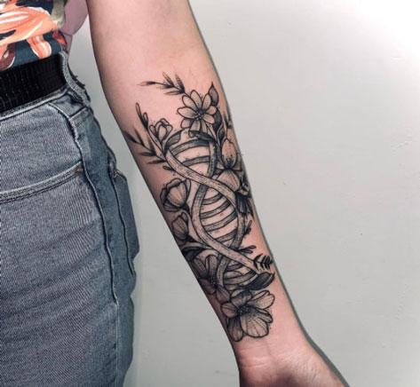 dna con flores tatuaje