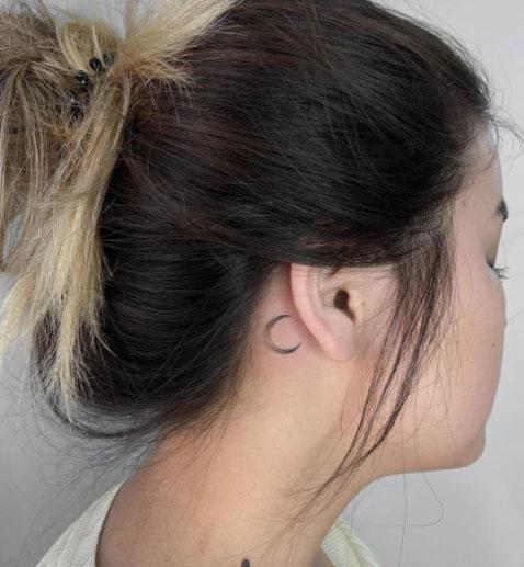 luna tatuaje detras de oreja