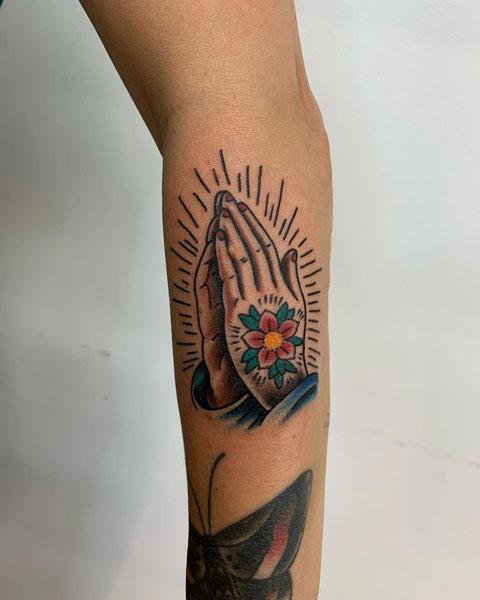 manos rezando tattoo
