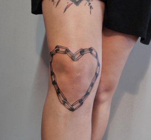 tatuaje cadena en rodilla