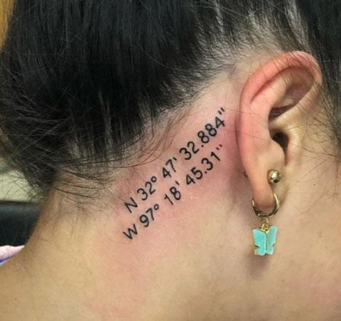 tatuaje coordenadas detras de oreja