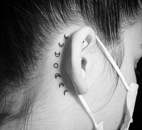 tatuaje de lunas detras de oreja
