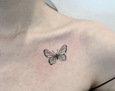 tatuaje de mariposa en clavicula