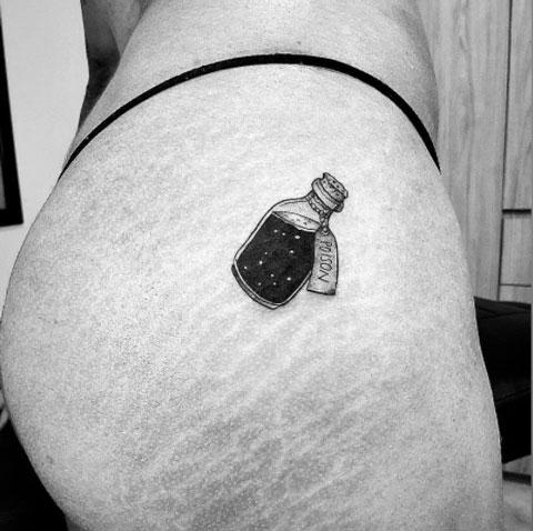 tatuaje de veneno en mujer