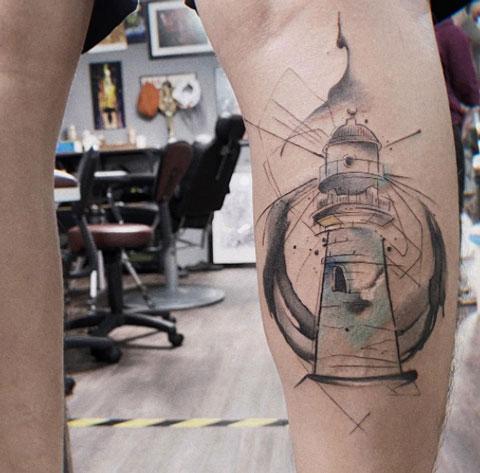 tatuaje faro en pantorrila