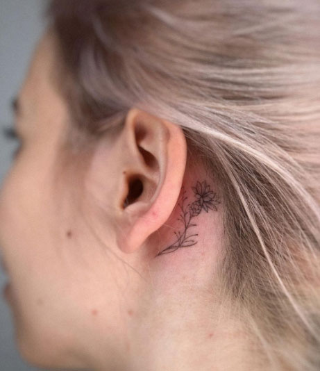 tatuaje flor detras de oreja