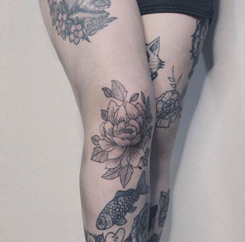 tatuaje flor en la rodilla