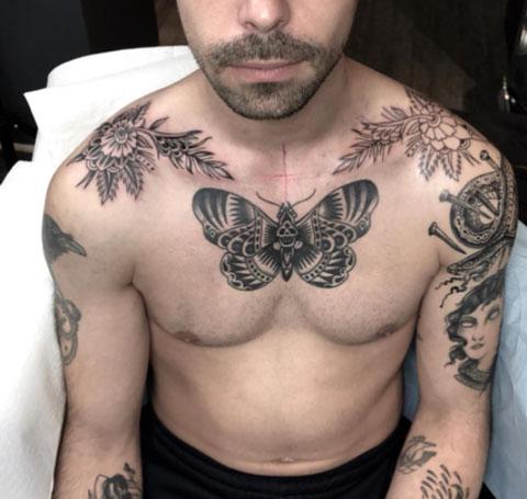 tatuaje hombre clavicula