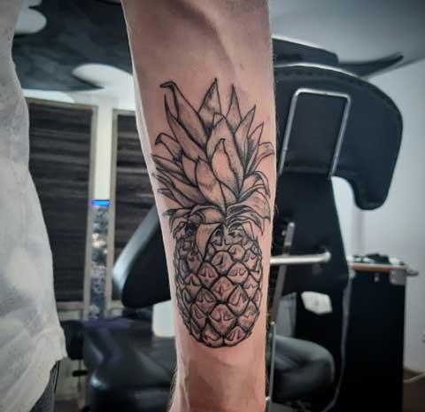 tatuaje piña en el brazo