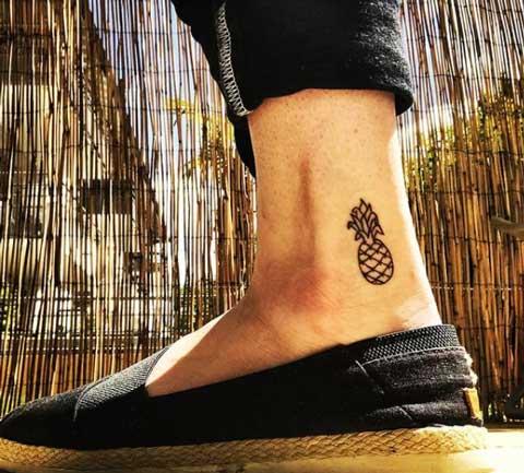 tatuaje piña en tobillo