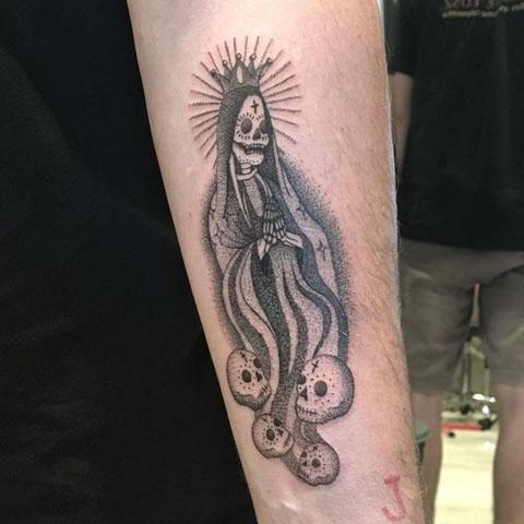 tatuaje santa muerte y craneos
