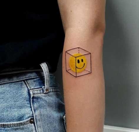 tattoo emoji sonriendo