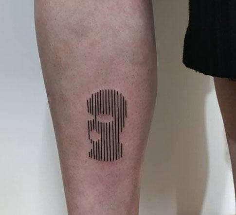 tattoo en pantorrilla de pasamontaña