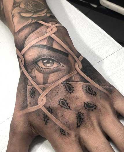 tatuaje chicano en la mano