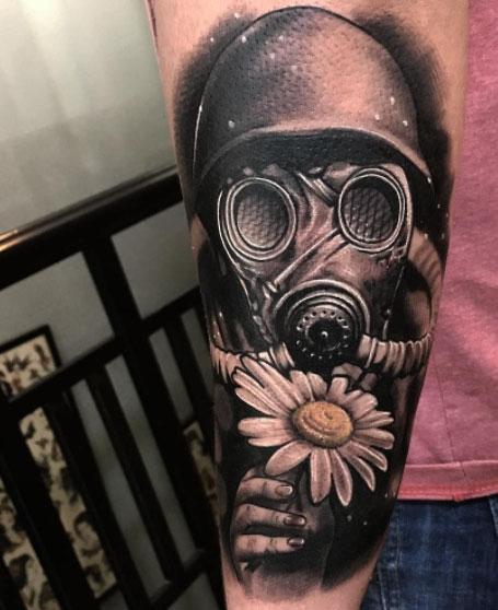 tatuaje de mascara de gas