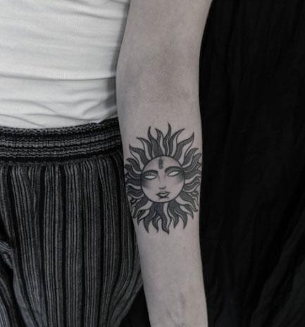 tatuaje en negro del sol