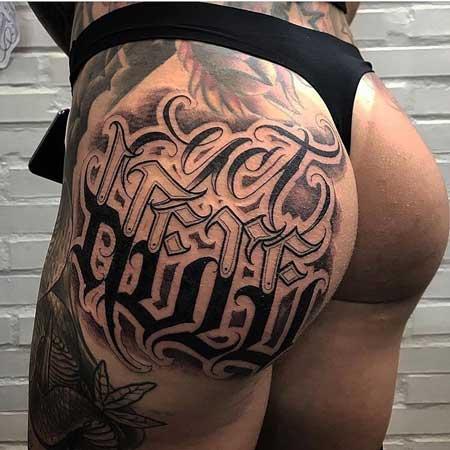 tatuaje letras en nalga