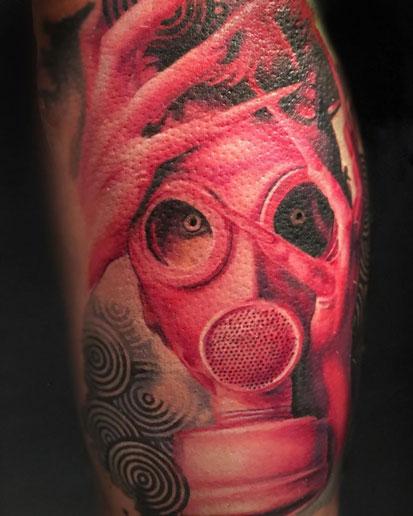 tatuaje mascara de gas tinta roja