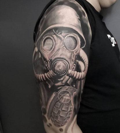tatuaje mascara de gas y granada