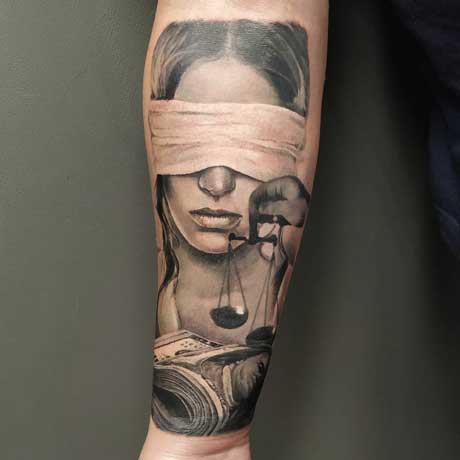 tatuaje themis y billetes