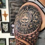 calendario azteca en hombro tattoo