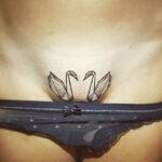 tatuaje cisnes en pelvis