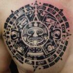 tatuaje en el pecho de azteca