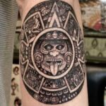 tatuaje negro y gris azteca
